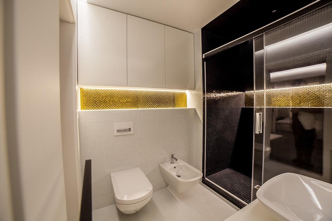 SaniWell ekskluzywna łazienka Huppe złota mozaika